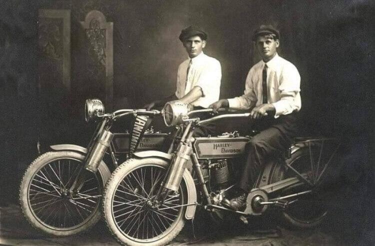 William Harley e Arthur Davidson, i fondatori della mitica Harley Davidson, 1914.