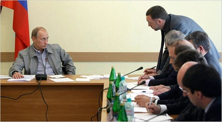 Il momento in cui Putin ha obbligato l'oligarca Oleg Deripaska a firmare l'accordo