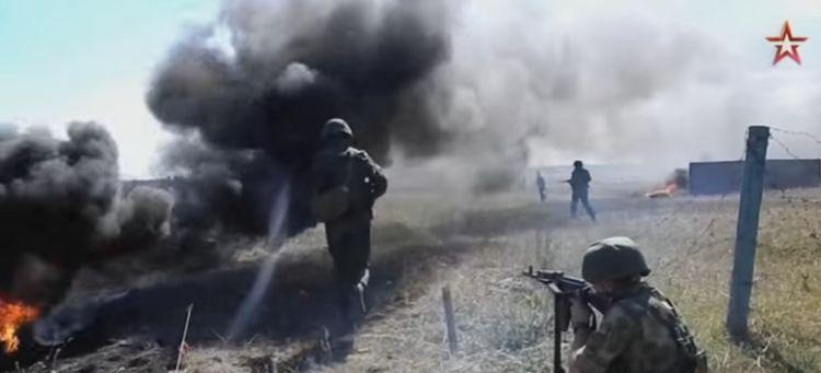 Un frame del video in cui i fucilieri russi devono schivare le bombe. Stress test da brividi...