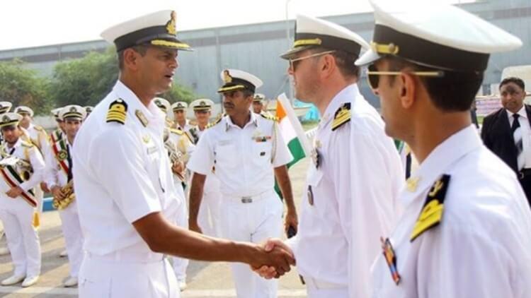 L'Ammiraglio Amir Hossein Azad durante una visita, del 2014, alle navi ospiti dell'India