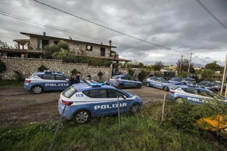 Le volanti giunte sul posto in aiuto ai due agenti feriti e la villa dei clandestini