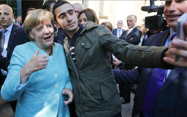 Il selfie di Angela Merkel a Monaco con un profugo siriano, questa foto fece il giro del mondo
