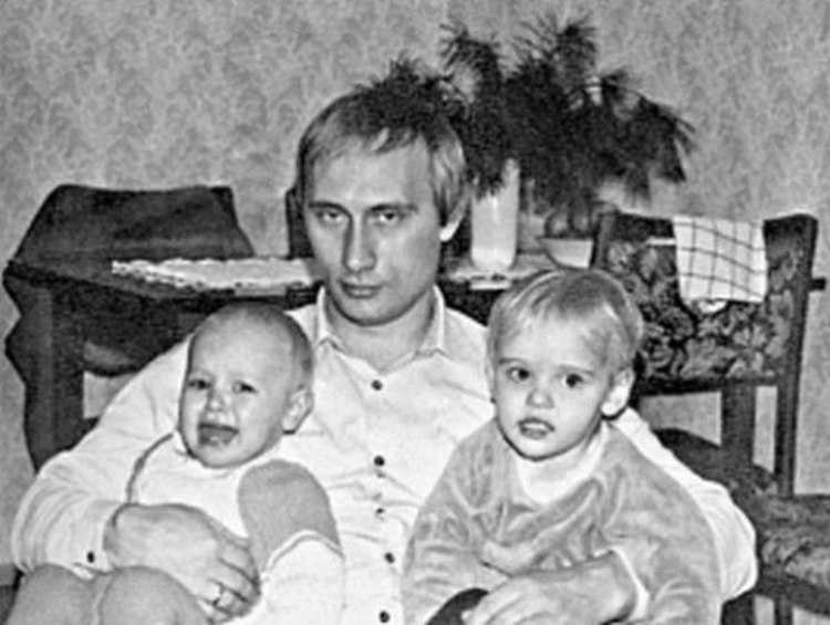 vladimir putin giovane papà figlie in braccio