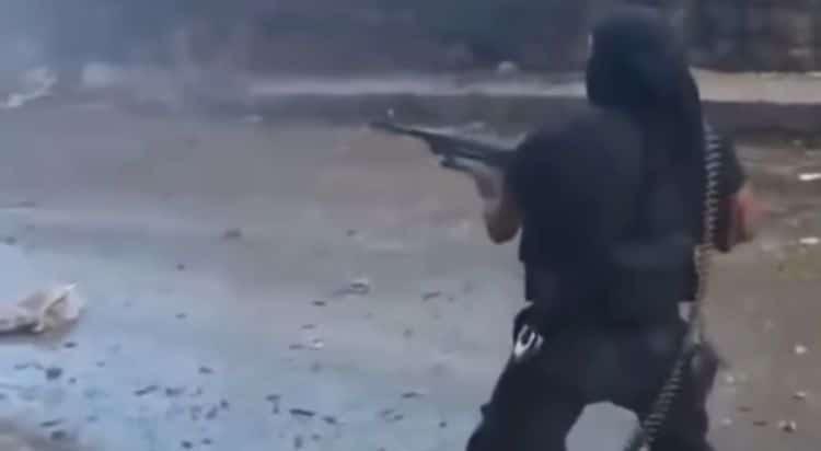 terroristi isis idioti video si sparano addosso