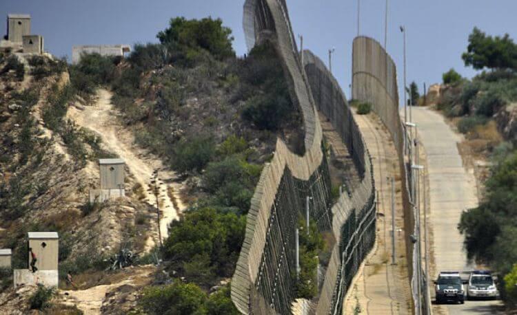 La Spagna ha costruito 12 km di filo spinato e barriere all'estremo sud per impedire sbarchi di clandestini