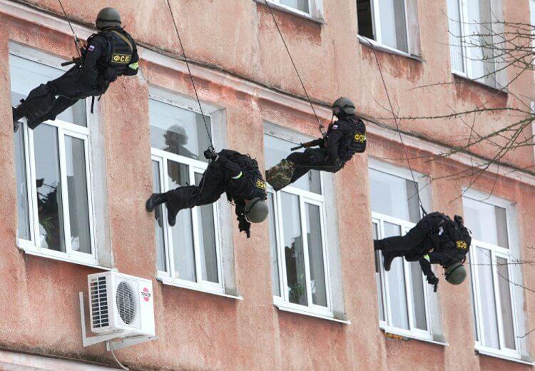 Attacco ad un edificio calandosi dall'alto.