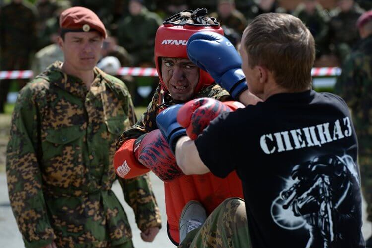 Infine, per entrare nelle Spetsnaz bisogna superare una prova di lotta di 12 minuti con 4 avversari che si alternano.