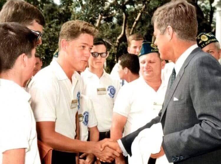 Un giovane Bill Clinton stringe la mano a John F. Kennedy.