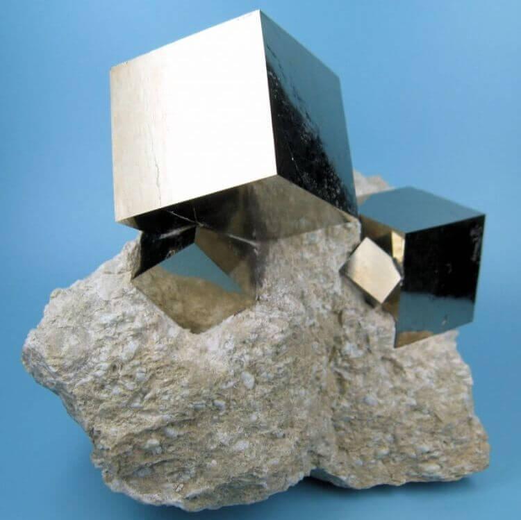 Cubi di pirite, un minerale, scolpiti perfettamente da Madre Natura
