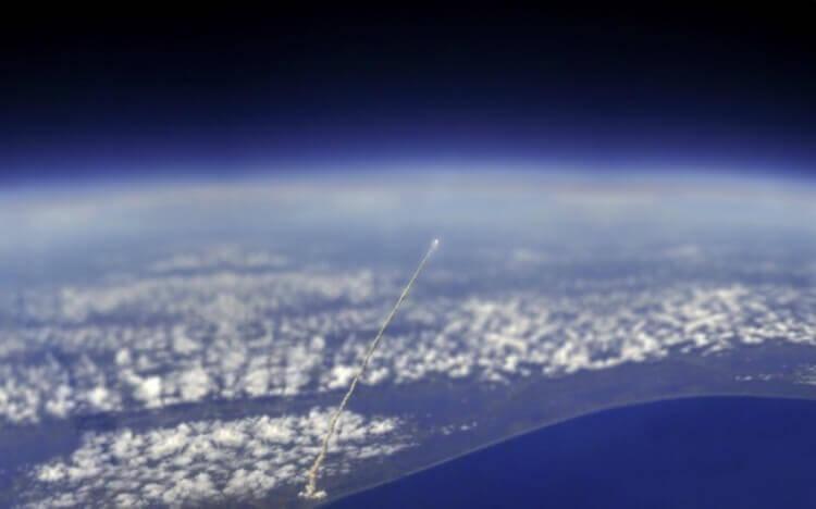 Decollo dello space shuttle Atlantis visto dalla Stazione Spaziale Internazionale.