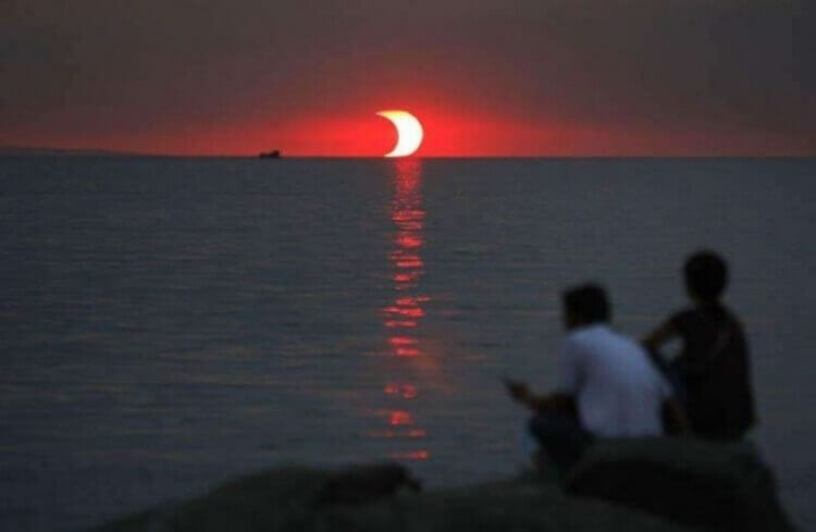 Ecco cosa accade quando un'eclissi e un tramonto avvengono contemporaneamente.