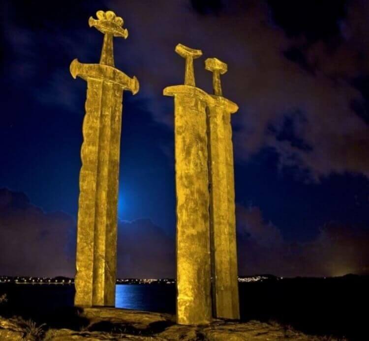 Il monumento Sverd i fjell in Norvegia è composto da tre spade giganti