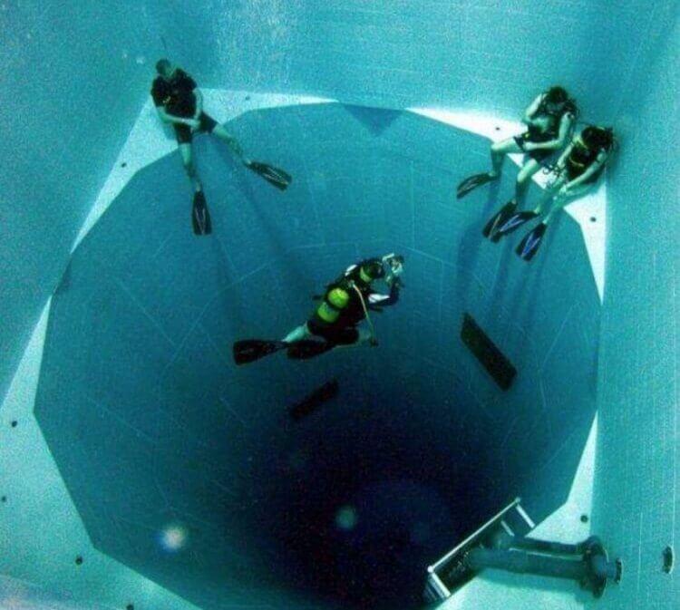 La piscina più profonda del mondo (34,5 m di profondità) con una capacità di 2.271 metri cubici di acqua.