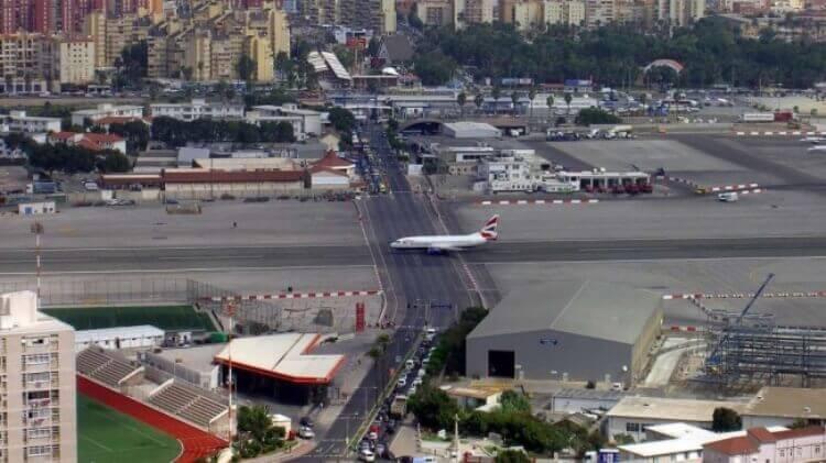 La pista dell'aeroporto di Gibilterra è attraversata da una strada dove normalmente circolano auto (e viceversa).