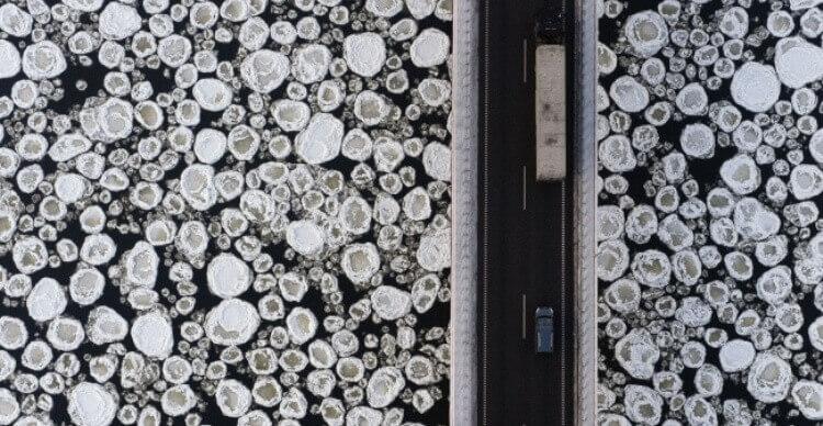 Ponte sopra un fiume congelato