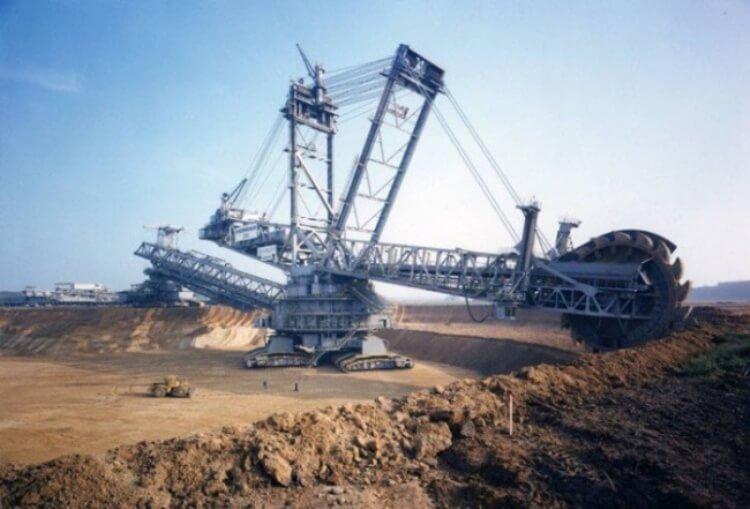Il Bagger 288 è la macchina più grande del mondo e può cambiare lavoro in autonomia