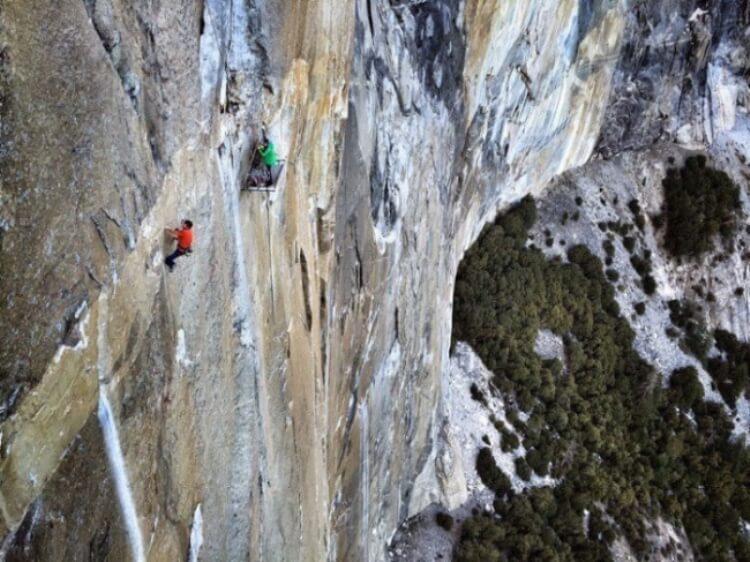 Uno scalatore professionista, con una menomazione alla mano, attaccato alla roccia dove non esistono quasi appigli.