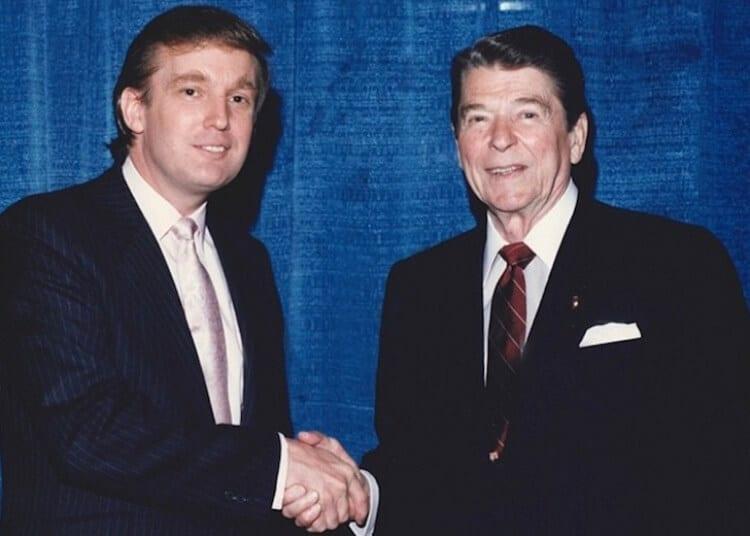 Un giovane Donald Trump stringe la mano a Ronald Reagan nel 1980 foto strane