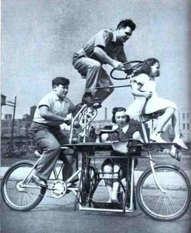La famiglia unita, sempre, anche in bicicletta. Ma la mamma era sempre al lavoro...