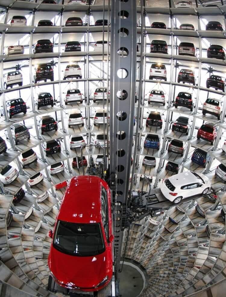 3 Buongiorno tecnologico - Parcheggio hi tech presso il centro Volkswagen a Wolfsburg