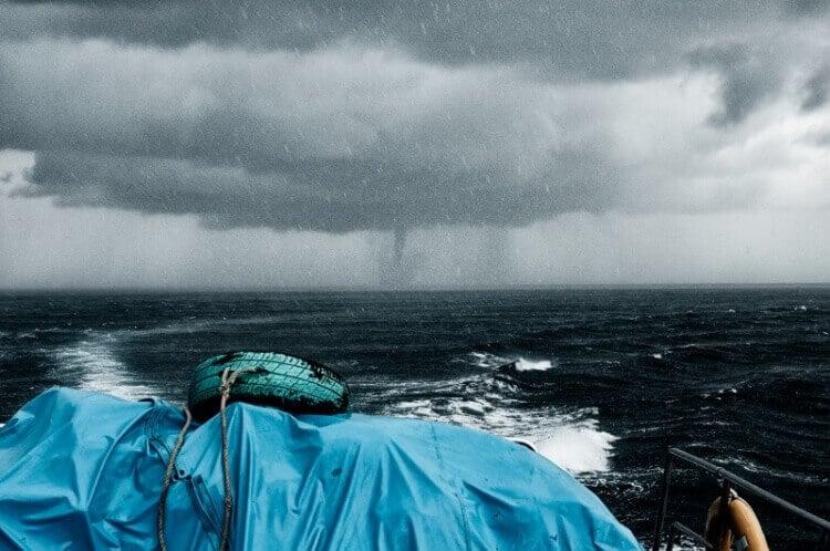 9 Buongiorno che tale non è - Così ci si sente ad essere intrappolati da un tifone