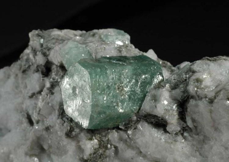 Smeraldo – Cristallo di cm. 1 x 1,5 Pizzo Marcio, Val Vigezzo, Novara. Coll. Monistier.
