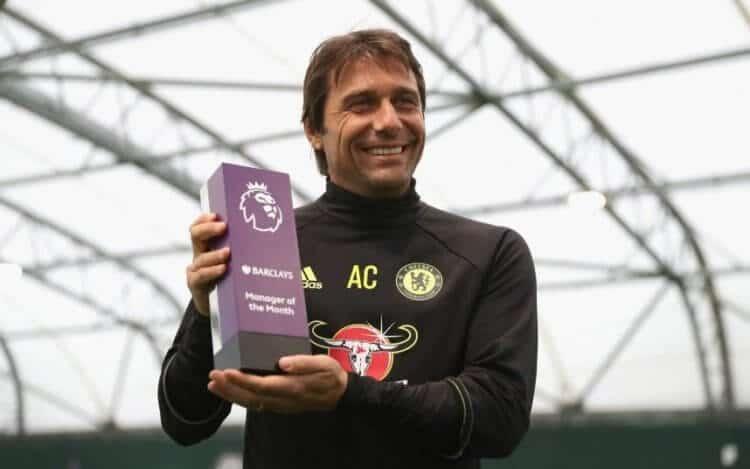 Antonio Conte con il premio manager del mese, appena vinto in Premier League
