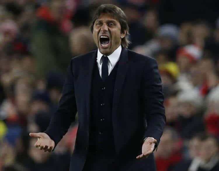 Antonio Conte sulla panchina del Chelsea, primo in Premier League