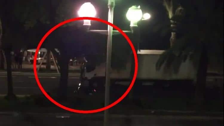 Attentato Nizza, il momento in cui il poliziotto eroe affianca il camion