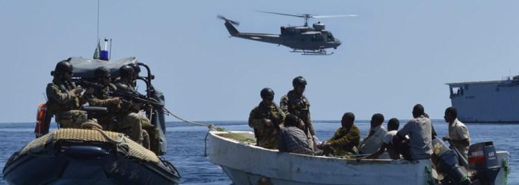 Le EU Navy Forces durante la cattura di un gruppo di pirati somali