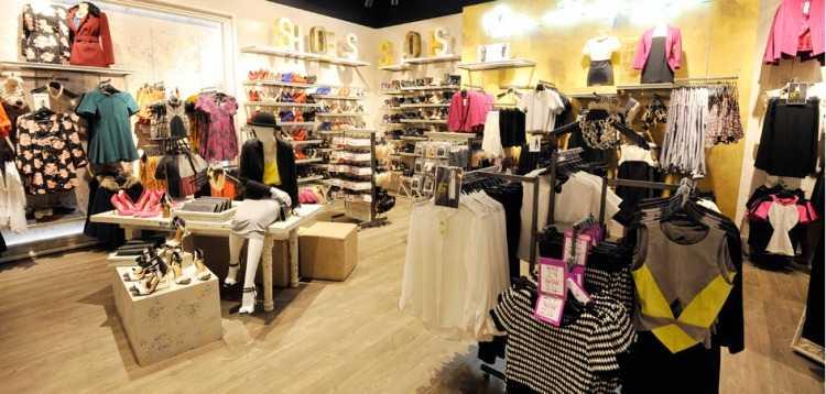 Gli interni dello store Miss Selfridge a Bluewater, Kent, nel Regno Unito