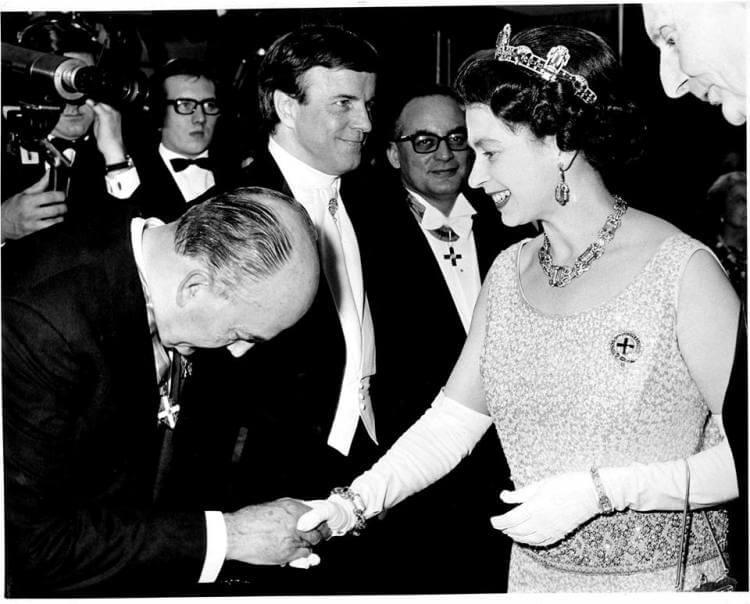Eitel Monaco, presidente dell'ANICA dal 1949 al 1971, Franco Zeffirelli e Dino De Laurentis, al ricevimento della regina Elisabetta II