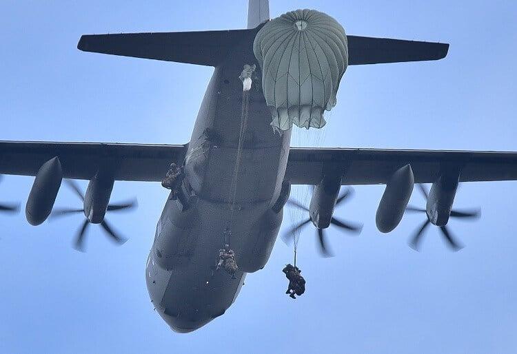 Aviolancio paracadutisti full equipped diavoli gialli folgore