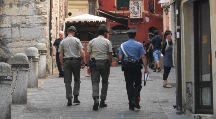 Pattuglia mista Alpini Carabinieri nel centro storico di genova strade sicure