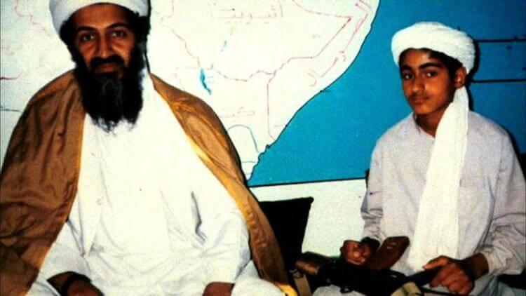 Osama Bin Laden con il figlio Hamza, all'epoca dodicenne
