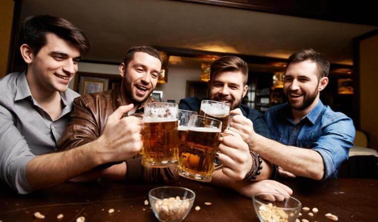 bere birra insieme amicizia